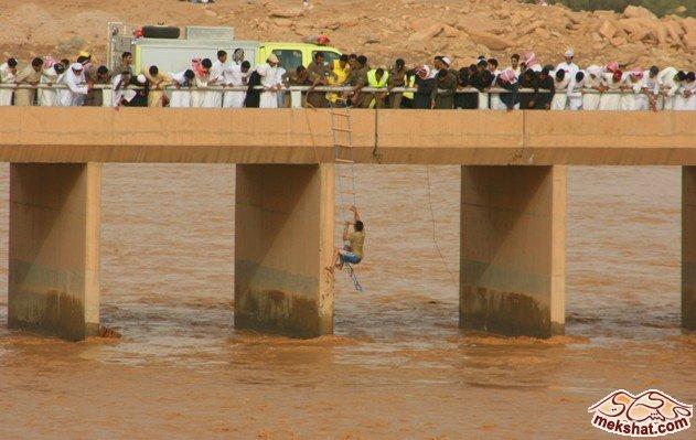 الدفاع المدني ينقذذ مصريين جرفهم السيل Mk22229_w6