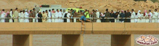 الدفاع المدني ينقذذ مصريين جرفهم السيل Mk22229_w7